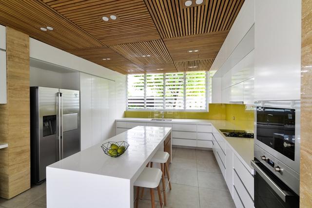 Ngôi có 3 tầng với tầng một là không gian liên thông của phòng khách, phòng ăn và bếp. Thư viện được tách rời về phía bên phải nhà để tạo sự yên tĩnh, riêng tư cho gia chủ.
