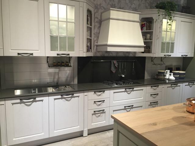 Bạn có thể đặt bát đĩa vào chính giữa những tủ bếp thủy tinh mờ để dễ nhìn hơn qua lớp kính mờ.