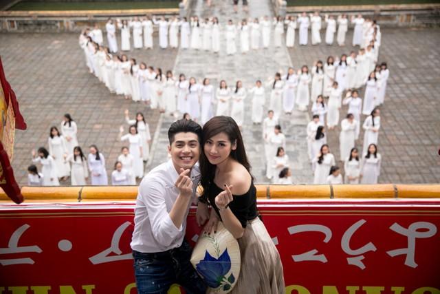 Đặc biệt, nhiều nữ sinh trường Đồng Khánh với tà áo dài trắng còn xếp thành hình trái tim và chữ Huế trước cổng Đại Nội như một món quà đặc biệt dành cho sự trở về của Noo Phước Thịnh.