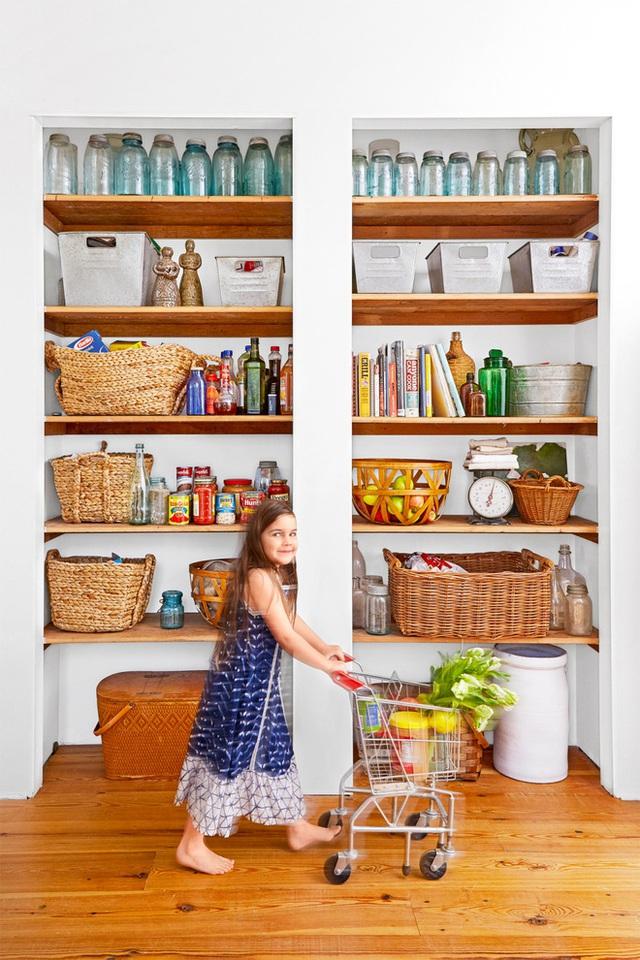 """Khoảng tường được tận dụng để lắp đặt hệ thống kệ từ sàn đến trần, là nơi giúp mọi đồ đạc, vật dụng trong nhà bếp được """"gói ghém"""" một cách kỹ càng, ngăn nắp."""