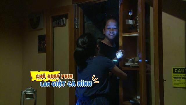 Coca và bà ngoại bị chú quay phim đứng phía sau cánh cửa bí mật là cho một phen hú hồn.