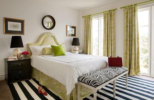 Sử dụng một chiếc thảm kẻ sọc đen trắng sẽ đem lại không gian cổ điển rõ nét trong phòng ngủ.