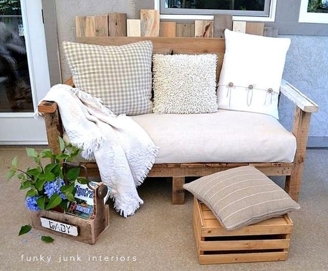 6. Tận dụng những tấm gỗ bỏ đóng lại thành một ghế ngồi thoải mái. Bạn cần một bộ chăn gối êm ái để trang trí trong chiếc ghế này.