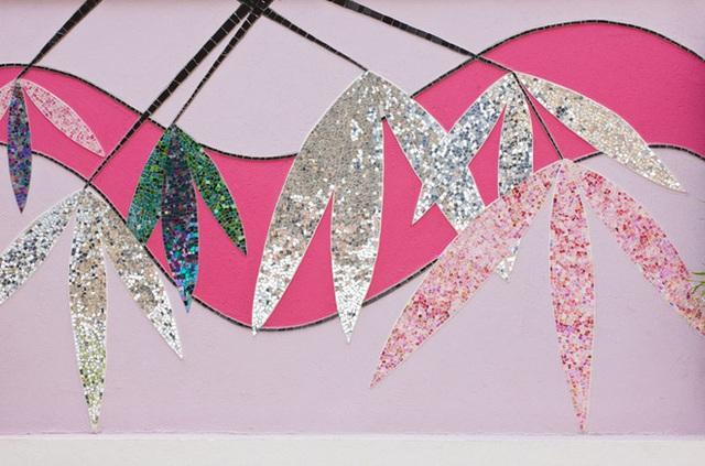 Bức tường với điểm nhấn màu hồng và khắc khảm trai tạo họa tiết lạ mắt.