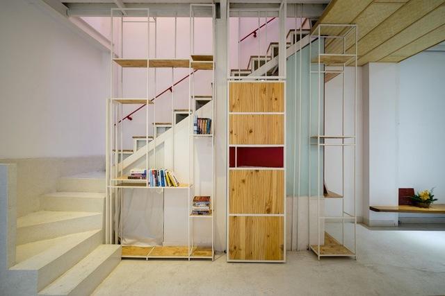 Hệ thống kệ đựng đồ kết hợp với cầu thang vừa giúp ngôi nhà gọn gàng hơn vừa giúp không gian thêm điểm nhấn tinh tế.