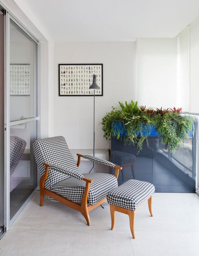 Chủ nhân có thể thoải mái thư giãn tại ghế ngồi với một ban công đầy hoa lá xanh tươi.
