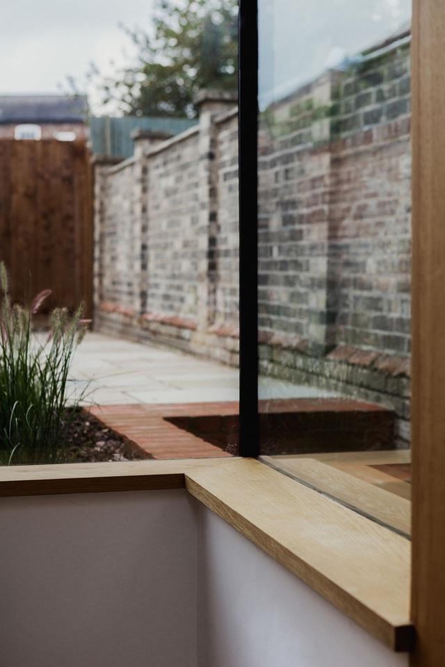 Một góc nhỏ bên cửa sổ bằng kính thủy tinh lớn nhìn ra sân vườn, nơi mà bạn thoải mái ngắm cảnh, ngồi đọc sách hay tâm sự cùng bạn bè và người thân.
