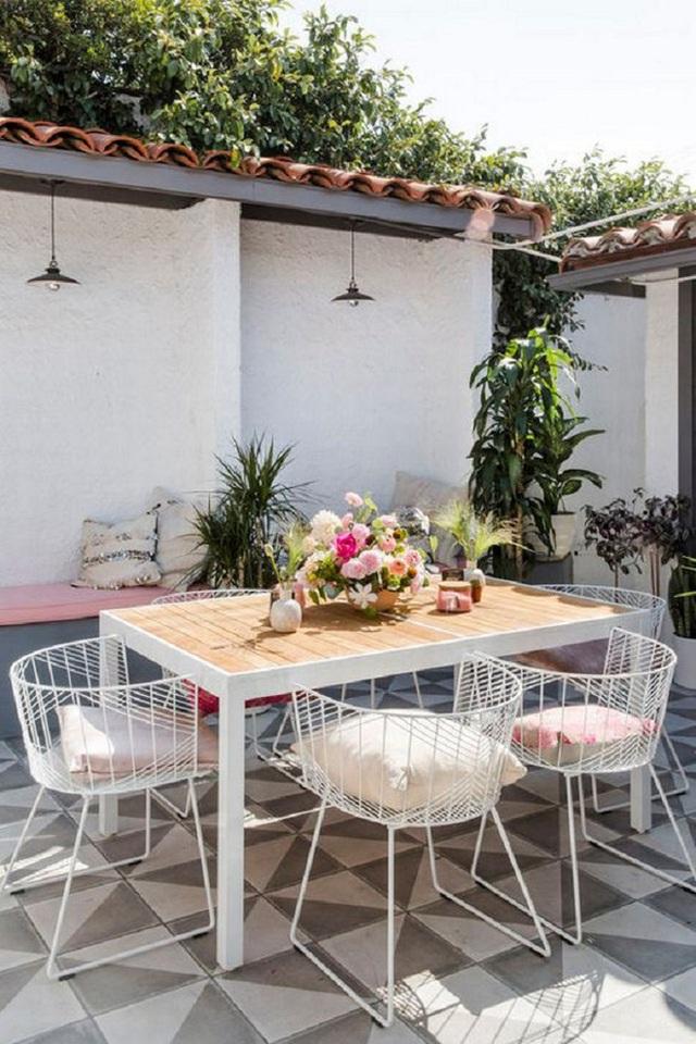 Vào buổi sáng bàn ăn luôn tràn ngập ánh nắng thế này đây, một chút lọ hoa tô điểm cho thêm phần sinh động hơn.