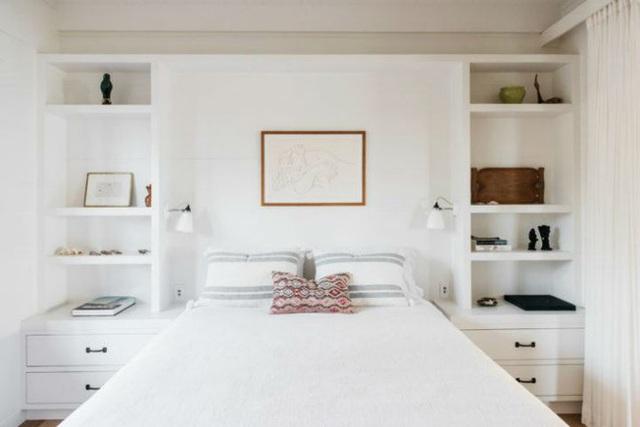 Phòng ngủ cũng được chọn gam màu trắng làm màu nền.