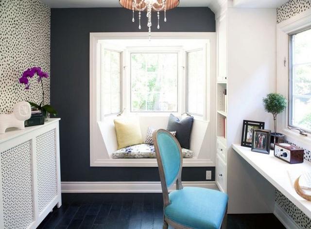 Chỗ ngồi nhỏ trên cửa sổ này là một điểm sáng trong cả căn phòng với lối trang trí hiện đại. Nếu bức tường màu xám không bao gồm ghế ngồi bên cửa sổ thì rất có thể căn phòng sẽ trông quá nhỏ. Thật ngạc nhiên khi thấy sự biến tấu này làm thay đổi toàn bộ không gian.