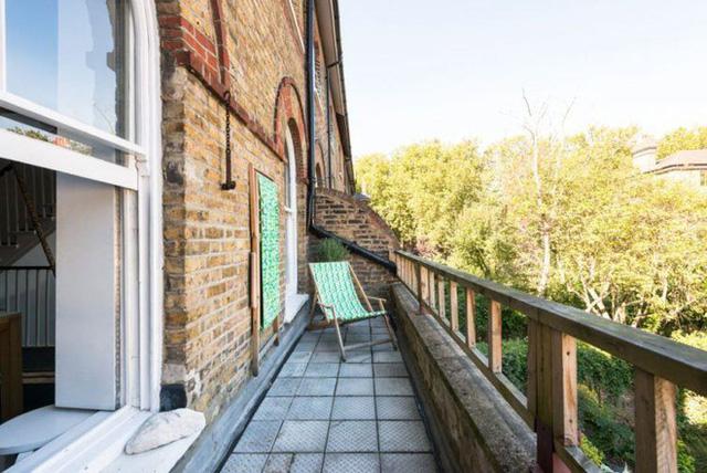 6. Ban công một căn nhà cổ ở London là nơi hoàn hảo để chủ nhà thư giãn và ngắm nhìn mảnh vườn xanh mát trước mặt.