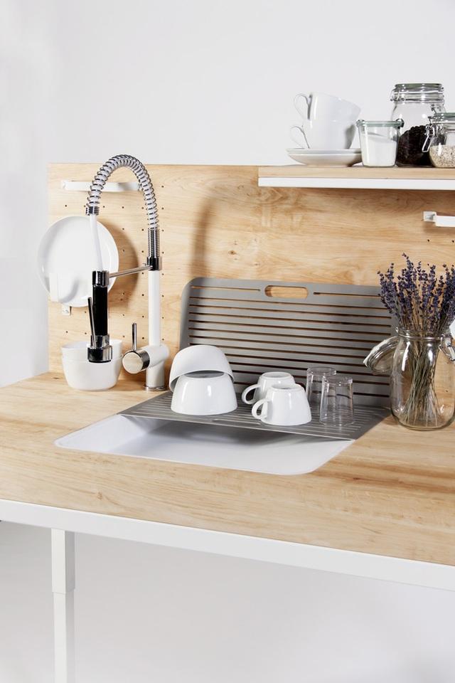 Khi rửa xong chén bát có thể được đặt trên thanh kim loại cho khô ráo. Vòi rửa được thu gọn ngay ngắn.