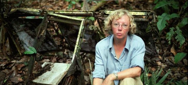 Bà bên cạnh xác máy bay bị rơi từ hơn 40 năm trước. (Ảnh: Internet)