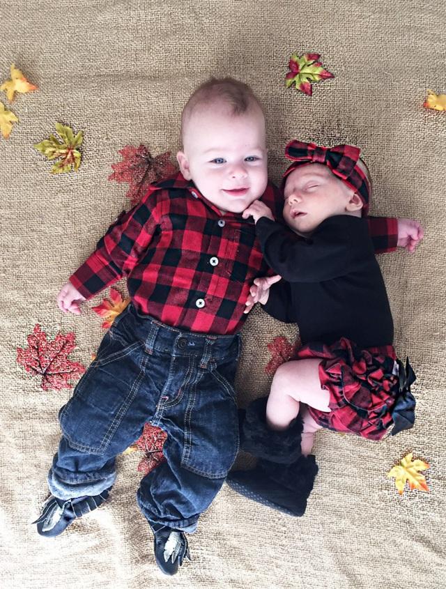 Hai thiên thần nhỏ của Alexis và Gabe. (Ảnh: whatthefertility)