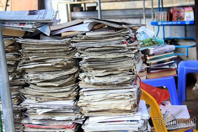 Lúc đầu, quầy sách báo của bà chỉ có một, hai đầu báo và một số sách, tài liệu về sức khỏe, tín ngưỡng. Đến nay, sách báo đã chất ngang người