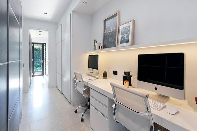 6. Chỉ với một chiếc bàn làm việc kéo dài, kệ mở và 2 chiếc tủ tài liệu nhỏ đặt bên dưới là bạn đã có thể tạo ra một góc học tập, làm việc đầy tiện ích ngay tại hành lang gia đình.