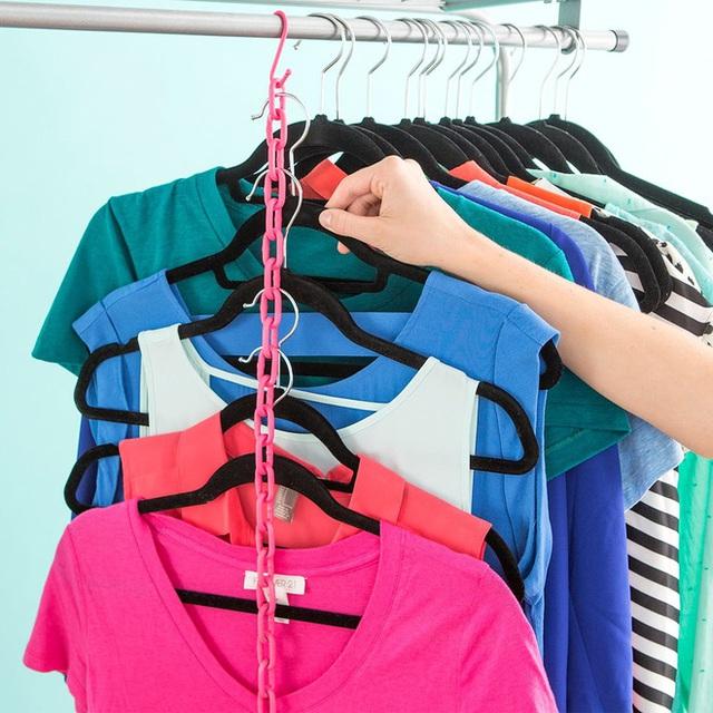 6. Tạo ra chuỗi móc treo quần áo dựng đứng bằng cách dùng một sợi dây xích và móc quần áo dọc theo sợi dây đó.
