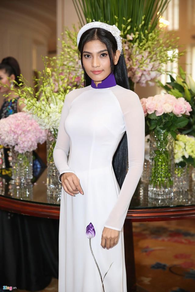 Trương Thị May diện áo dài nữ tính, duyên dáng tại sự kiện của Hoa hậu Hoàn vũ Việt Nam.