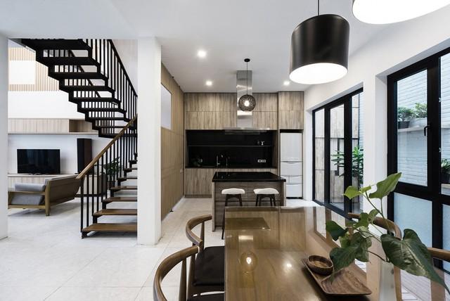 Căn hộ được thiết kế mang tông màu chính là trắng, nâu gỗ và đen.