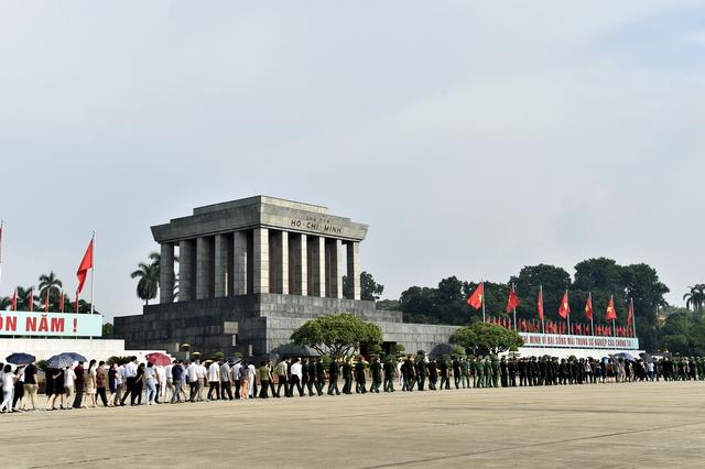Các đoàn đại biểu và các tầng lớp nhân dân vào lăng viếng Bác Hồ. Ảnh: VGP/Nhật Bắc