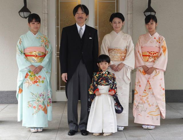 Hôm 16/5, hoàng gia Nhật thông báo công chúa Mako (trái) sẽ kết hôn vào năm tới với người bạn quen từ thời đại học Kei Komuro. Komuro, 25 tuổi, hiện làm việc cho một công ty luật tại Tokyo. Ảnh: Getty.