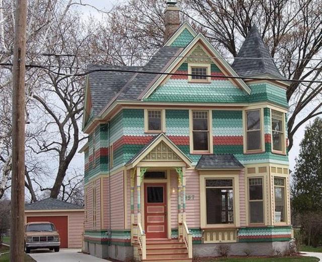 6. Những màu sắc dịu dàng được chọn lựa để sơn cho mặt tiền hưng không có nghĩa chúng sẽ khiến ngôi nhà mờ nhạt. Bởi sơn theo từng nét vẽ ngang của mặt tiền luôn khiến ngôi nhà trở nên đặc biệt hơn.