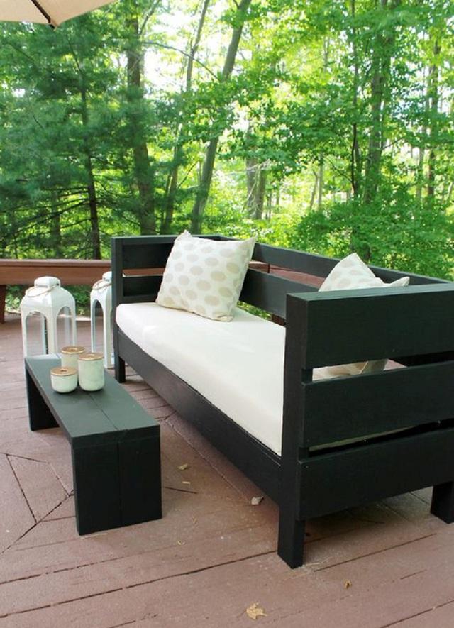 6. Chiếc ghế sofa này được làm từ khung gỗ địa phương sơn màu đen tuyền, bên trên đặt nhiều nệm, gối ôm màu cà phê sữa, nổi bật hoàn toàn với cảnh quan xanh rờn vùng cây cối xung quanh.
