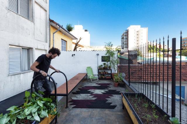 Để giảm thiểu rủi ro của mảnh vườn trên sân thượng, KTS đã thiết kế một băng ghế và một chiếc bồn cây chắn ngang sân thượng. Đây không chỉ là cách đảm bảo an toàn cho người dùng mà còn cho phép chủ nhà và bạn bè có thêm chỗ ngồi thư giãn. Đặc biệt với băng ghế dài thế này, họ còn có thể tổ chức tiệc tại nhà, điều vô cùng khó tin với những căn nhà nhỏ.