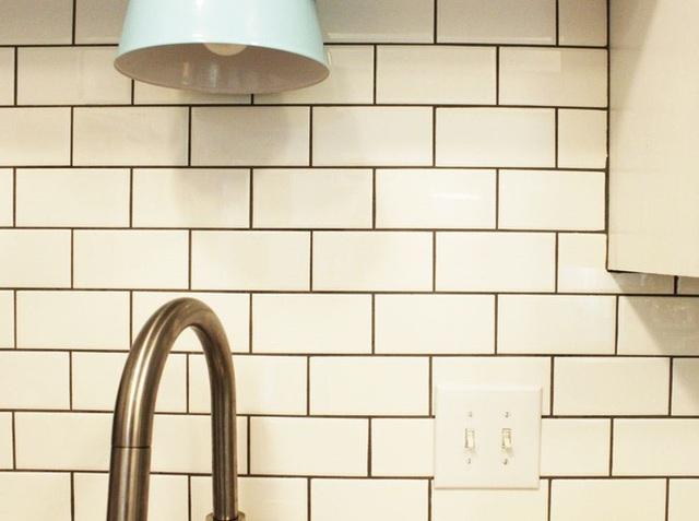 Đi cùng với tường chắn của bếp là khu vực phía sau bồn rửa tay cũng bẩn không kém, sau khi thực hiện phun dung dịch tẩy rửa tại tường chắn bếp thì bạn hãy phun ngay cả tường phía sau bồn rửa tay luôn.