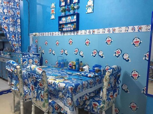 Từ bộ sofa lớn đến bàn ăn trong bếp cũng đều được phủ vải có in hình Doraemon.