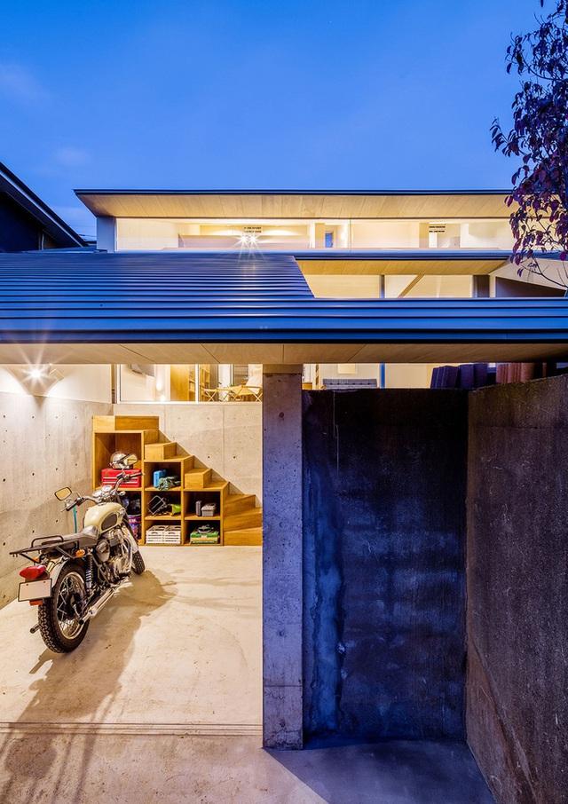 Bức tường cũ của ngôi nhà từ xưa vẫn còn được giữ lại nguyên vẹn cho nét cổ điển trầm mặc. Cửa sổ nhỏ ở tầng trên cùng mang lại luồng ánh sáng tự nhiên. Cái nhìn đầy đủ của toàn bộ không gian từ trần, sàn, tường được làm từ chất liệu gỗ.