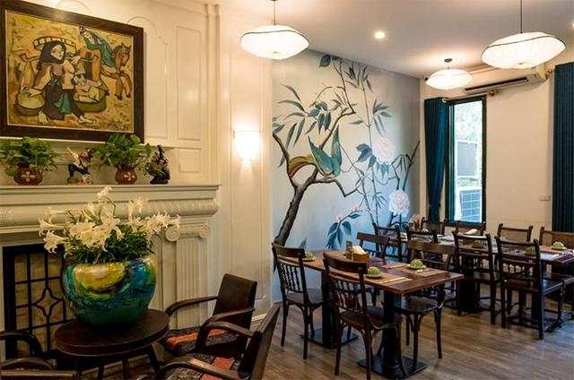 Không gian nhà hàng và món lẩu ghẹ khoai sọ, rau rút.