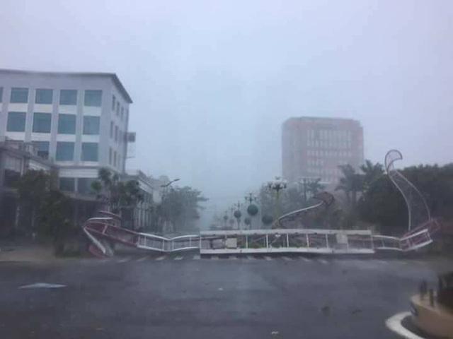 Cổng chào đổ sập ở thành phố Đồng Hới (Quảng Bình). Ảnh: Đình Thức