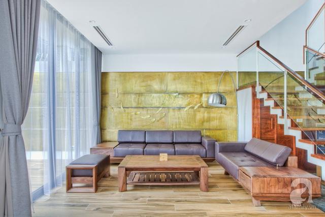 Khoảng tường ốp bằng đồng với họa tiết đàn cá là một chi tiết trang trí điểm nhấn trong nhà.