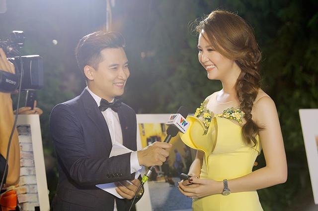 BTV Huy Hoàng phỏng vấn BTV Thuỵ Vân.