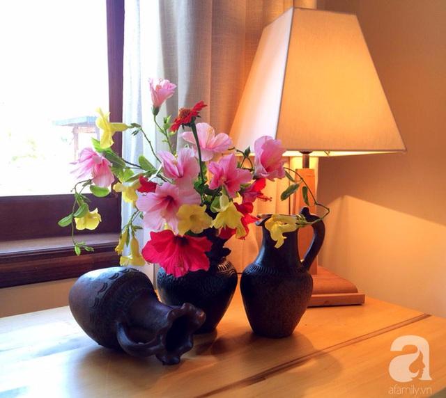 Căn hộ trở nên đặc biệt hơn bởi cách trang trí bằng những bình hoa tươi.