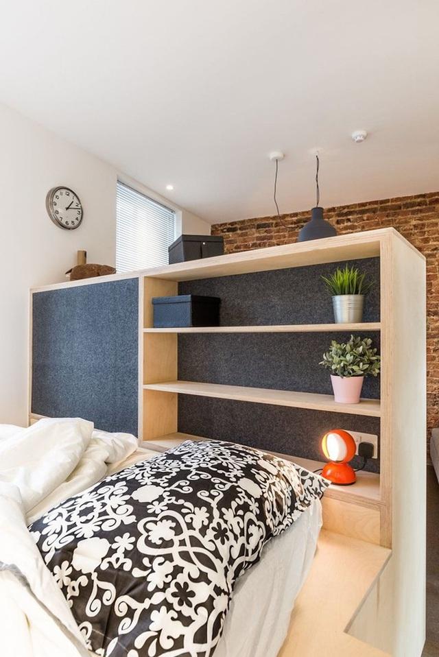 Một tủ sách cỡ nhỏ với chiều cao lửng sẽ là nơi bạn lưu trữ sách vở và nhiều chức năng phụ trợ khác.