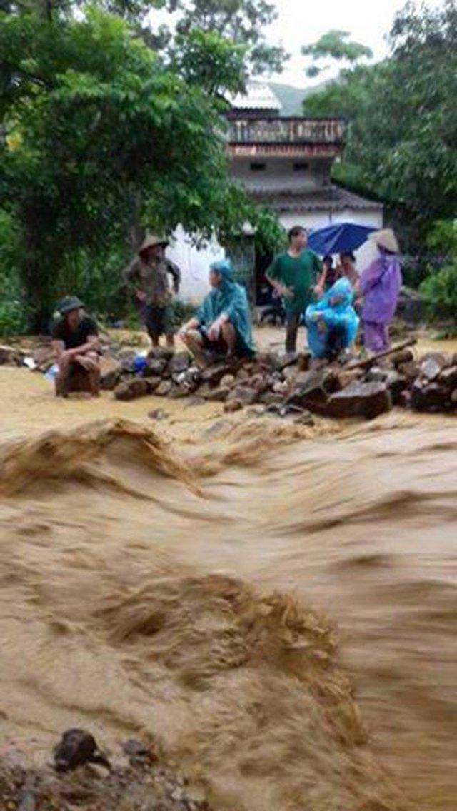 Nhiều nơi tại Hòa Bình bị nước lũ cô lập, người dân phải sơ tán.
