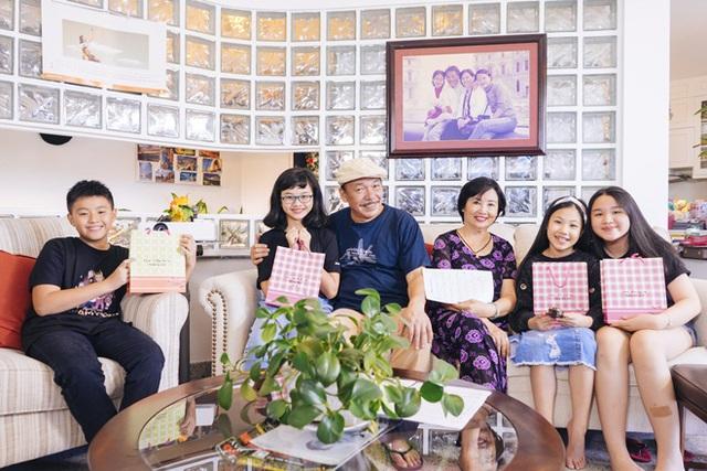 """Nhạc sĩ Trần Tiến còn đùa rằng muốn mua lại đàn cháu này vì """"gia đình có ngần này cháu ở cùng thì vui lắm""""."""