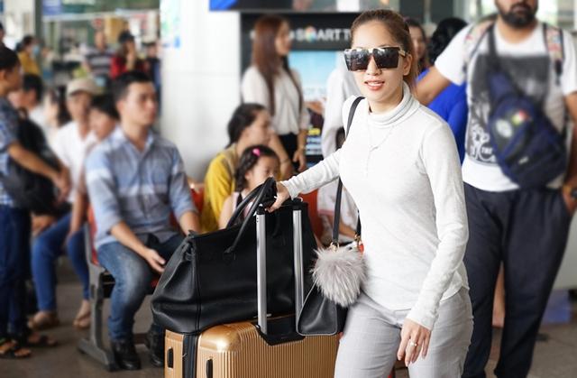 Khi vừa xuống sân bay, Khánh Thi nhanh chóng nhận ra ông xã và con trai.