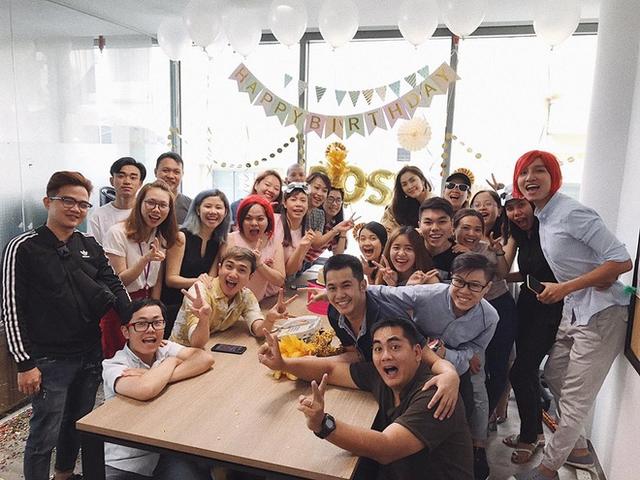 Tăng Thanh Hà cũng hạnh phúc không kém khi được các nhân viên tổ chức sinh nhật.