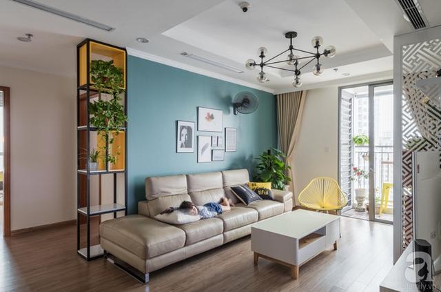 Góc phòng khách đẹp như mơ với màu trung tính nền nã cùng điểm nhấn màu xanh tự nhiên.