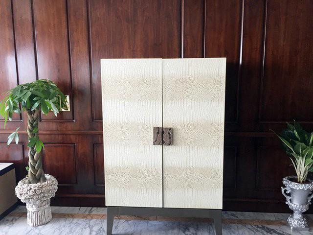 Không gian phòng khách cũng là nơi Seungri dành vị trí trang trọng nhất cho món quà tân gia của người bạn Denis Đỗ là một chiếc tủ rượu bằng da trị giá 1 tỷ đồng.