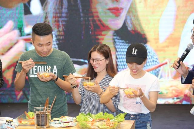 Khán giả hào hứng nếm thử vị mì Gochi đến từ Nhật Bản