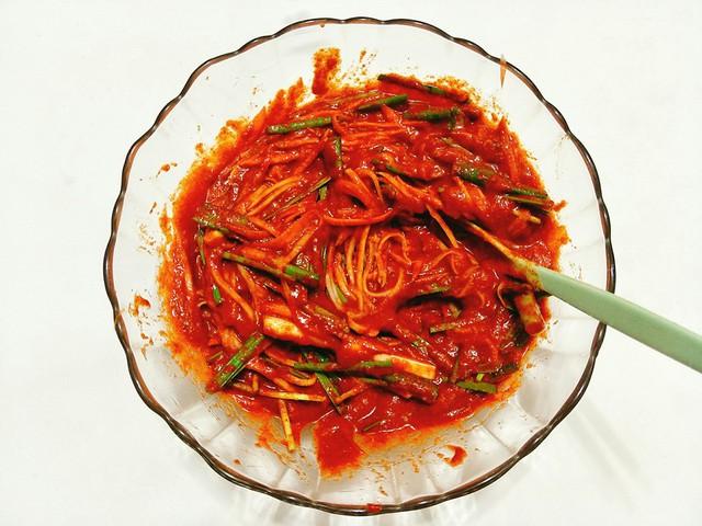 Cho hỗn hợp vừa xay ra âu to, thêm nước sốt đã nguội cùng với hành lá, hẹ, củ cải, cà rốt, bột ớt, muối tôm trộn đều nguyên liệu.