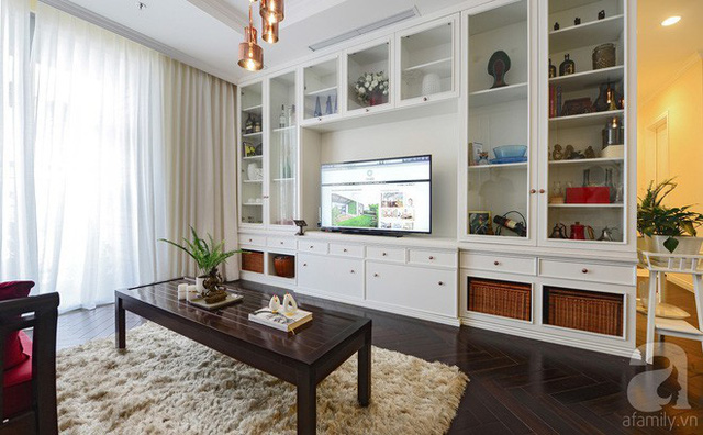 Hệ tủ đồ âm tường bằng gỗ trắng, mặt kính giúp không gian thoáng, gọn, không bị cảm giác nặng nề.