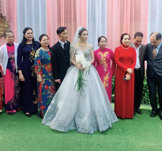 Vốn kín tiếng trong đời tư nên Doãn Quốc Đam không hé lộ bất kỳ hình ảnh nào về hôn lễ. Tuy nhiên, nhiều người bạn đã chia sẻ một vài khoảnh khắc của đám cưới lên mạng xã hội.