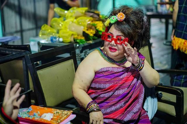 Ở độ tuổi U70, má Ngọc Giàu vẫn tràn đầy sức khỏe và sức hút từ sự duyên dáng khi đứng trên sân khấu. Vào vai một cô nàng đỏng đảnh, nữ nghệ sĩ lão làng không ngại ăn mặc trang phục sặc sỡ, diêm dúa.