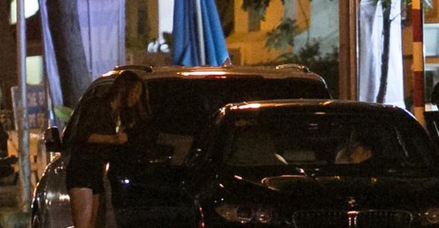 """Đặc biệt chỉ một ngày sau khi cả hai chuyển sang trạng thái """"đã đính hôn"""" trên trang cá nhân, vào tối 25.9, Thu Trang bị bắt gặp cùng về nhà riêng trong đêm với Cường Đô la. Cả hai xuất hiện cùng nhau trên chiếc BMW M5 ngay trước cửa nhà của doanh nhân phố núi. Người ta còn thấy chiếc Audi của Thu Trang cũng xuất hiện trong nhà Cường Đô la."""