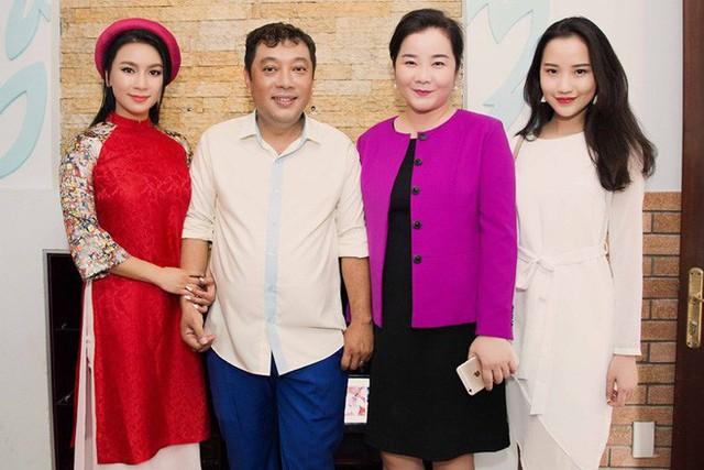 Việc là con của một hiệu trưởng trường quốc tế (bà Xuân Trang đứng thứ hai bên phải) khiến Xuân Thảo được nhìn nhận thật khác biệt với các hot girl khác.